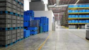 Le scatole variopinte (blu) immagazzinate nel magazzino Immagini Stock