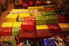 Le scatole variopinte vendute sotto il nome di ricordo vendono nel mercato di Chinatown Fotografia Stock
