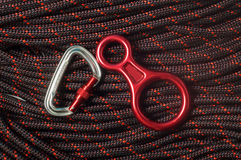 Le schéma huit descendante et carabiner sur la corde s'élevante Image stock