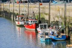Le sciabiche hanno attraccato in Padstow, Cornovaglia, porto esterno BRITANNICO Fotografie Stock Libere da Diritti