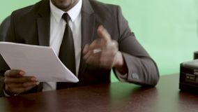 Le scientifique apporter des documents de brevet pour la classe des propriétaires scientifique banque de vidéos