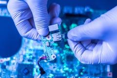 Le scientifique assemblent les morceaux modernes d'instrument de technologie dans le laboratoire f photos libres de droits