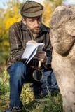 Le scientifique et l'historien, décrit reposer la sculpture en pierre le MOIS photographie stock libre de droits