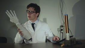 Le scientifique examinant la main robotique dans le laboratoire 4K banque de vidéos