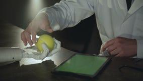 Le scientifique forme la main d'un androïde pour exécuter une bride d'une boule banque de vidéos