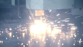 Le scintille luminose volano durante il laser per il taglio di metalli Saldatura industriale nell'officina video d archivio