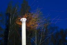Le scintille volano dal camino Fotografia Stock