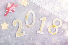 Le scintillement de luxe numéro 2018 avec le clavier et présente sous la neige sur le fond concret gris Concept d'an neuf Image stock