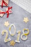 Le scintillement de luxe numéro 2018 avec le clavier et présente sur le fond concret gris Image libre de droits