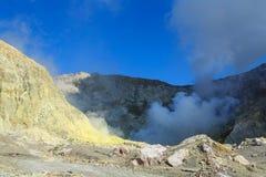 Le scogliere dello zolfo ed il lago del cratere cuociono a vapore, isola bianca, Nuova Zelanda immagine stock libera da diritti