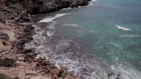 Le scogliere di Ibiza, la cottura orizzontale e le viste panoramiche di un ibiza tirano di estate archivi video
