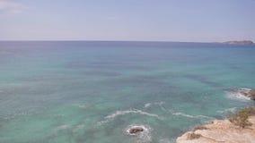 Le scogliere di Ibiza, la cottura orizzontale e le viste panoramiche di un ibiza tirano di estate video d archivio