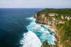 Le scogliere e l'oceano vicino al tempio di Uluwatu su Bali, Indone Fotografia Stock Libera da Diritti