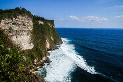 Le scogliere e l'oceano vicino al tempio di Uluwatu su Bali, Indone Fotografie Stock