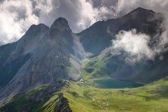 Le scogliere sopra il lago Obstanser vedono le alpi Tirolo orientale Austria di Carnic Immagini Stock Libere da Diritti