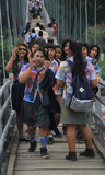 Le scolare stanno camminando sul ponte in piccolo Fotografia Stock Libera da Diritti