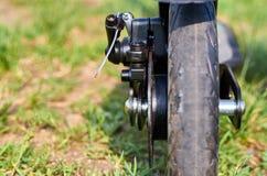 Le scooter noir de coup-de-pied de pliage, se ferment vers le haut des pièces, freins de disque photos libres de droits