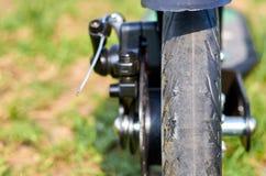 Le scooter noir de coup-de-pied de pliage, se ferment vers le haut des pièces, freins de disque image stock