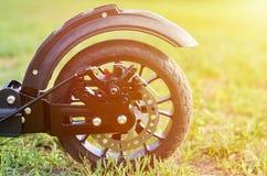 Le scooter noir de coup-de-pied de pliage, se ferment vers le haut des pièces, roue arrière avec des freins de disque, effet de l photos libres de droits