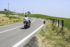 Le scooter voyage sur une route Image stock