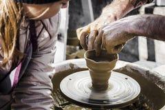 Le sculpteur modèle un broc Photo libre de droits