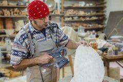 Le sculpteur rectifie la pierre Photo stock