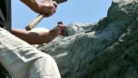 Le sculpteur a traité la pierre avec un burin et un marteau banque de vidéos