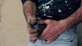 Le sculpteur travaille à la création d'un monument banque de vidéos