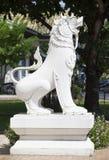 Le sculture animali come il leone per proteggono il tempio tailandese Immagine Stock