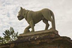 Le sculture del leone sopra le poste di pietra del portone all'entrata del portone del ` s del vescovo a Mussenden annaffiano in  immagini stock