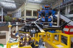 Le sculture a grandezza naturale di Lego accolgono i clienti al centro commerciale dell'America nel Bl Fotografia Stock