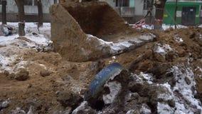 Le seau d'excavatrice creuse la terre banque de vidéos