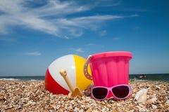 Le seau et les jouets de l'enfant sur la plage tropicale Photos libres de droits