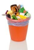 Le seau a rempli de déchets et de nourriture de ménage d'isolement sur le blanc image libre de droits