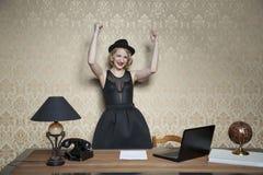 Le secrétaire est tombé dans le rôle d'une femme d'affaires photos libres de droits