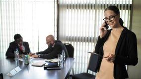 Le secrétaire parle au téléphone au cours d'une réunion d'affaires des investisseurs dans le mouvement lent clips vidéos