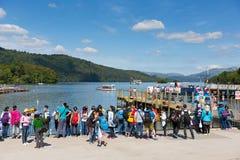 Le secteur anglais de lac en été avec des étudiants et des visiteurs Windermere Cumbria Angleterre R-U de touristes Image libre de droits