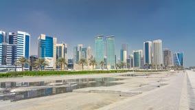 Le secteur ayant beaucoup d'étages de Doha avec le hyperlapse de timelapse de fontaine banque de vidéos