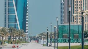 Le secteur ayant beaucoup d'étages de Doha avec le timelapse de passage couvert banque de vidéos