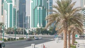 Le secteur ayant beaucoup d'étages de Doha avec le trafic sur le timelapse d'intersection banque de vidéos
