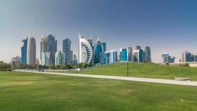 Le secteur ayant beaucoup d'étages du hyperlapse de timelapse de Doha banque de vidéos