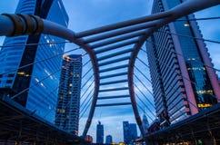 Le secteur d'activité, la vue de nuit de hauts bâtiments et le ciel public marchent Images stock