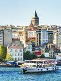 Le secteur d'or de klaxon et de Galata au coucher du soleil, Istanbul, Turquie Photos stock