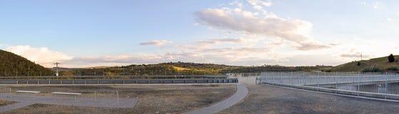 Le secteur de visionnement de mur de barrage de Jindabyne avec le fond de montagne Image stock