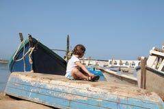 Le sedi della ragazza sulla barca Immagine Stock Libera da Diritti