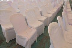 Le sedie bianche vuote nella sala per conferenze preparano la stanza per i seminari fotografie stock libere da diritti