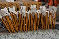 Le sedie chiuse hanno allineato in un ristorante a Strasburgo fotografia stock