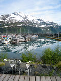 Le sedie con il punto di vista di Whittier harbor nell'Alaska Fotografie Stock Libere da Diritti