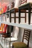 le sedie dei tipi differenti sono vendute in un negozio Fotografia Stock
