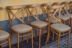 Le sedie di legno di banchetto sono coperte di cuoio fotografia stock libera da diritti